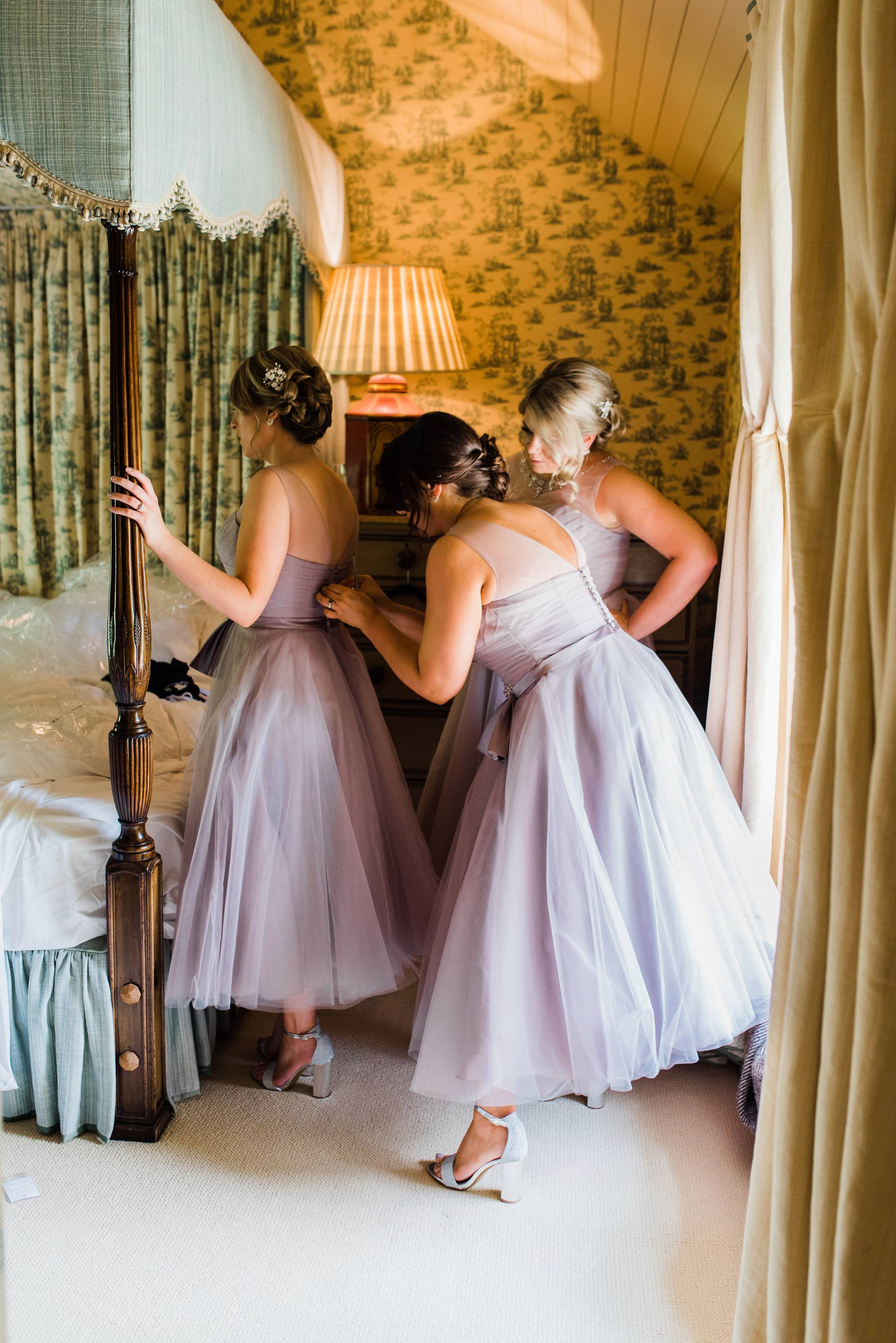 Bridesmaids in lavender dresses getting ready in Cliff at Lyons